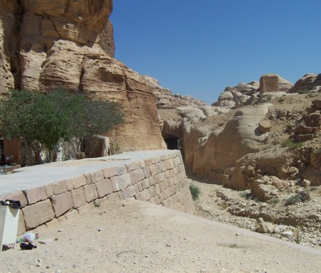The entrance to the small siq starts at the Nabataean Water Tunnel, located to the right of the dam, at the entrance to the main siq.